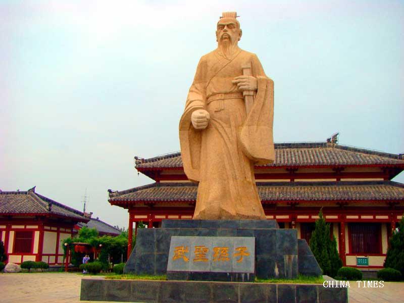 13-孙武子巨幅石雕像(摄影:冯赣勇).jpg