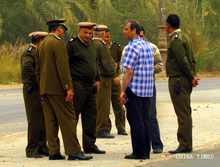 22保卫车队运行的埃及军警(摄.jpg