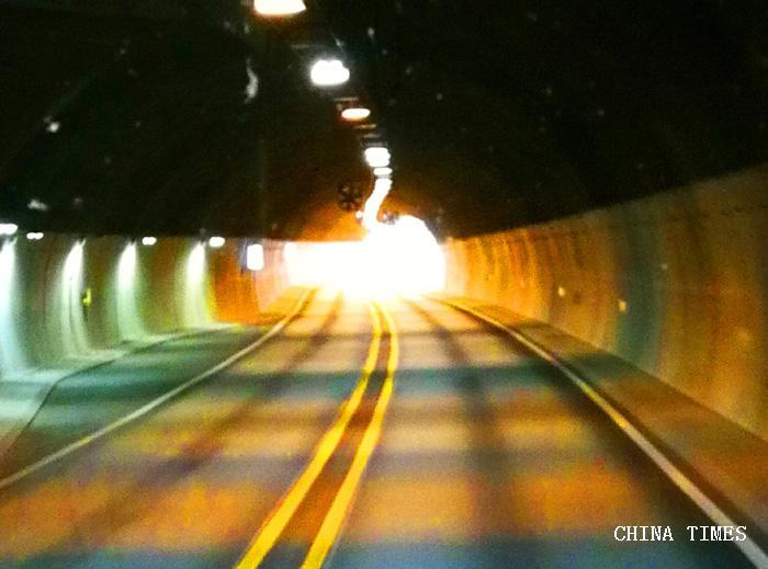 030隧道景观(摄影:冯赣勇).jpg