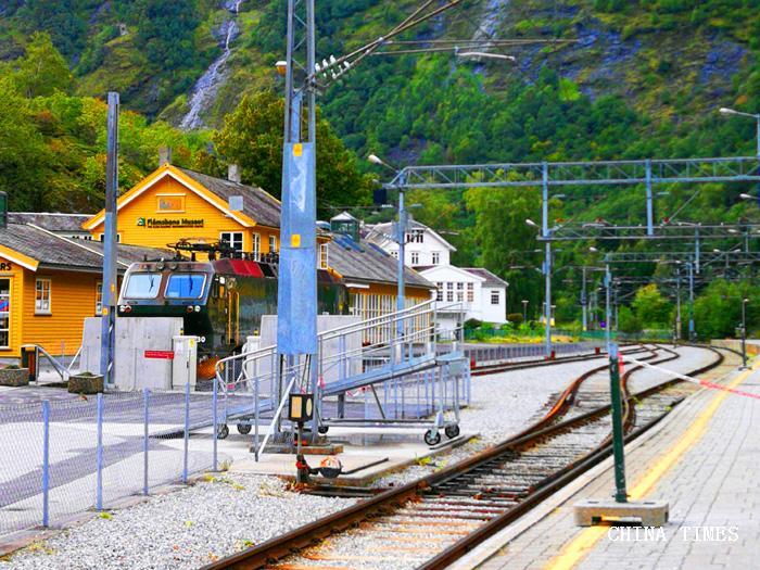 037火车站站台(摄影:冯赣勇.jpg