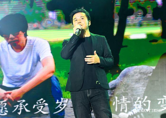 07缪杰演唱(摄影:冯赣勇).jpg