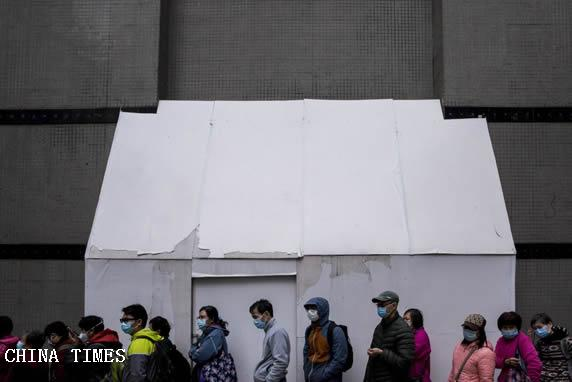 坐輪椅、睡紙皮、紮帳篷,他們大街上排隊12小時買口罩